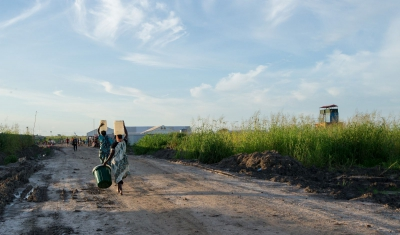 Women carry water from the UNMISS base to the Protection of Civilians site.