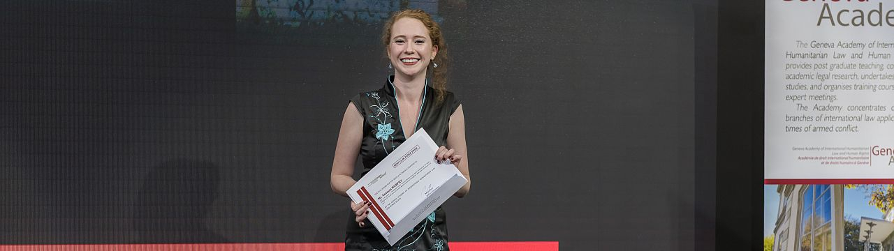 Picture of Vanessa Murphy with the Prize certificate of the LLM Best Paper Prize at the Graduation Ceremony